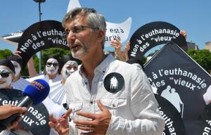 Urgence solidarité : 600 Pierrots contre l'euthanasie au Trocadéro